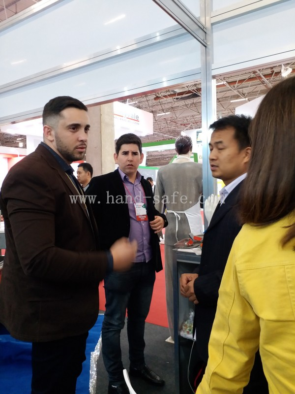 zhonghe stainless steel gloves on Brazil Fair